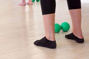 Die-Pilatisten-Barre-Workout-Fußarbeit-Footwork
